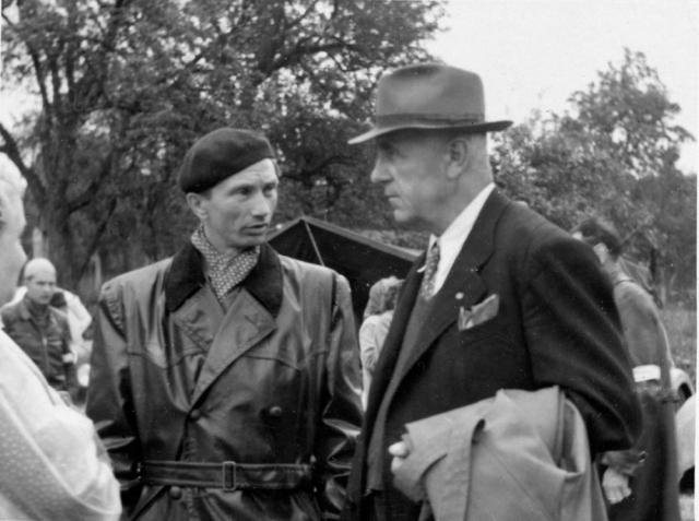 Dvě závodnické legendy kopřivnické Tatry. Zprava Josef Veřmiřovský a Jaroslav Pavelka vrozhovoru před závodem Ecce Homo vroce 1953