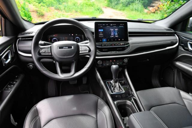 Zcela nově je řešena palubní deska, jež potěší kvalitními materiály ivhodnější ergonomií. Nový Compass se stává prvním vozem Jeep vEvropě s multimediálním systémem Uconnect 5