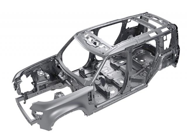 Hliníková samonosná karoserie je posazena o 20 mm výše než u modelu Discovery a má též prodloužený rozvor azkrácené převisy. Jde o nejtužší karoserii v aktuální nabídce Land Roveru. Defender má dokonce vlastní výrobní linku v továrně ve slovenské Žilině