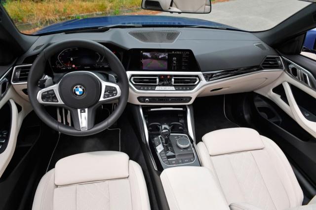 Pracoviště řidiče vkusně a dokonale funkčně propojuje tradičním způsobem rozložené prvky s moderními dotykovými a pohybovými funkcemi