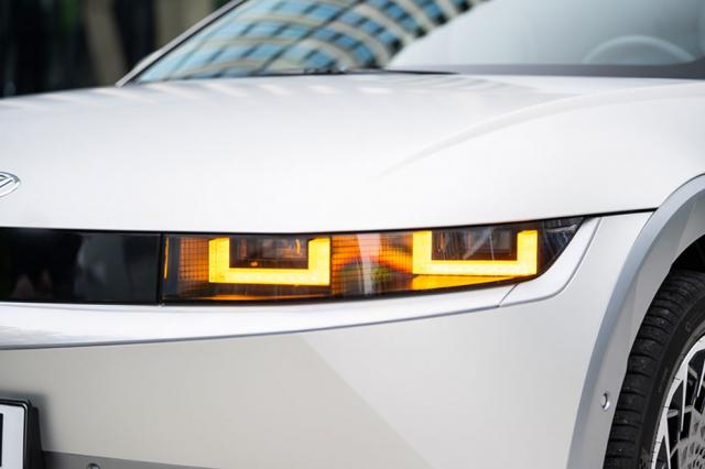 Přední adaptivní LED světlomety jsou velmi nízké, ale jejich světelný účinek je vynikající. Směrové ukazatele změní barvu obou světelných jednotek