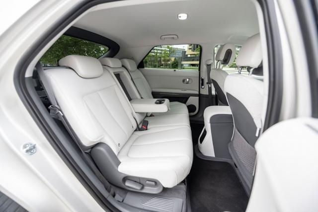 Zadní sedadla jsou široce nastavitelná aivzhledem k rozvoru 3000 mm poskytují nadstandardní vnitřní prostor