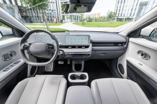 I zásluhou světlých odstínů působí interiér příjemně vzdušným dojmem. Vynikající je výhled všemi směry, ale iklasické rozvržení přístrojů a ovladačů. Všimněte si absence loga Hyundai na volantu. Mezi sedadly je umístěna posuvná konzola a posádku je připraven chránit středový airbag