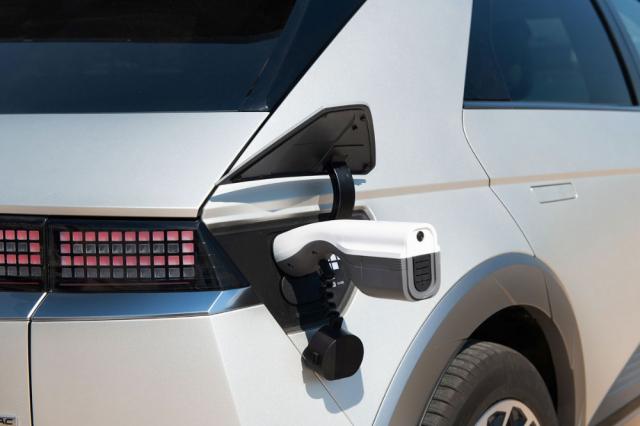 Řídicí jednotka akumulátoru dokáže elektřinou nejen akumulátor nabíjet, ale také jeho elektřinu poskytovat pro jiné použití než k pohonu (funkce V2L). Jedna zásuvka pro externí spotřebiče je umístěna uvnitř, ale lze použít také adaptér pro nabíjecí konektor, na jehož konci je zásuvka s příkonem až 3,6 kW
