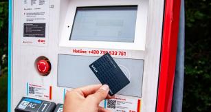 Kartu Kia EV Power Card lze používat vrámci České republiky pro dobíjení na stanicích společností ČEZ, E.ON a PRE. České zastoupení značky Kia navíc jedná ještě s dalšími menšími provozovateli