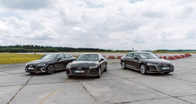 Při jízdách na letišti v Líních nám na prototypech vozů Audi ukazovali kalibrační inženýři, jak lze nastavením jednotlivých prvků měnit chování celého poháněcího ústrojí