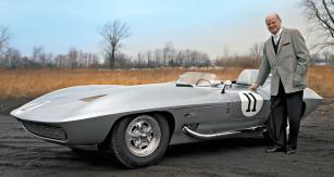 Bill Mitchell byl v letech 1958 až 1977 v pořadí druhým viceprezidentem General Motors pro design, který měl ve své době s přehledem nejmodernější anejvětší designérské studio na světě