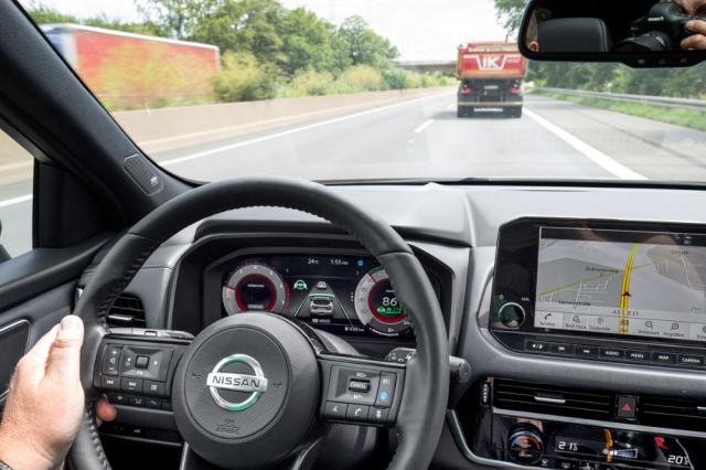 Zelený volant na displeji ukazuje, že Qashqai právě spolehlivě drží stopu i odstup a pomocí kamery a navigace dodržuje rychlostní limity