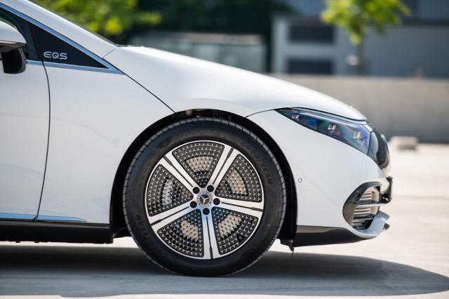 Pro EQS jsou připraveny ráfky s průměrem od 19 do 22 palců. Originální jsou tato aerodynamická kola s 395 hvězdičkami ajednou velkou hvězdou uprostřed
