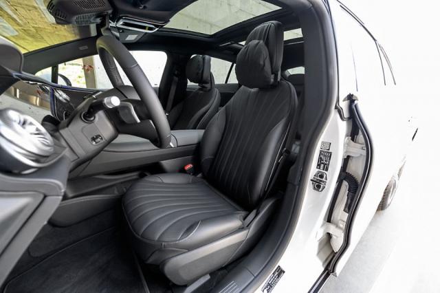 Komfortní přední sedadla poskytují prvotřídní pohodlí obvyklé u modelů Mercedes-Benz třídy S