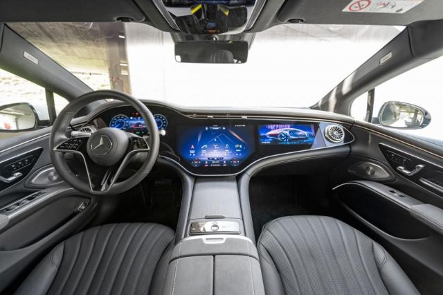 Specialitou vozu EQS je palubní deska zvaná MBUX Hyperscreen, jež se do verze EQS 450+ dodává za příplatek a v modelu EQS 580 je standardní výbavou. Ukrývá trojici displejů, z nichž centrální a pravý jsou dotykové a používají technologii OLED. Ovladače klimatizace se zobrazují trvale, takže jsou vždy snadno k dosažení