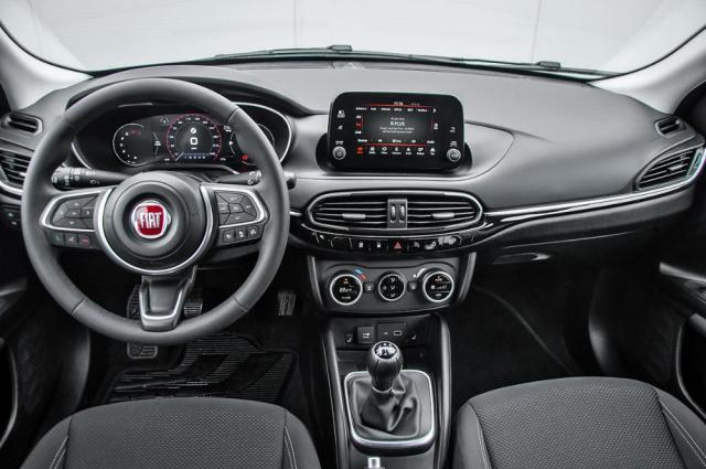 Modernizace Fiatu Tipo přinesla do interiéru kromě jiného velmi povedený nový volant. Celkové zpracování kabiny je na dobré úrovni, přestože některé materiály nižší pořizovací cenu nezapřou