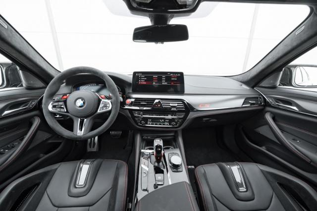Na Alcantarou čalouněném volantu jsou umístěna dvě červená tlačítka rychlé volby pro uložené konfigurace nastavení motoru, podvozku, řízení, pohonu všech kol (včetně režimu pohonu zadních kol) adalších systémů