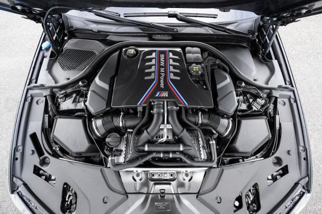 Dvojicí turbodmychadel přeplňovaný osmiválec 4,4 litru s křížovým výfukovým sběrným potrubím. Ohromí rychlostí reakcí a intenzitou nárůstu výkonu
