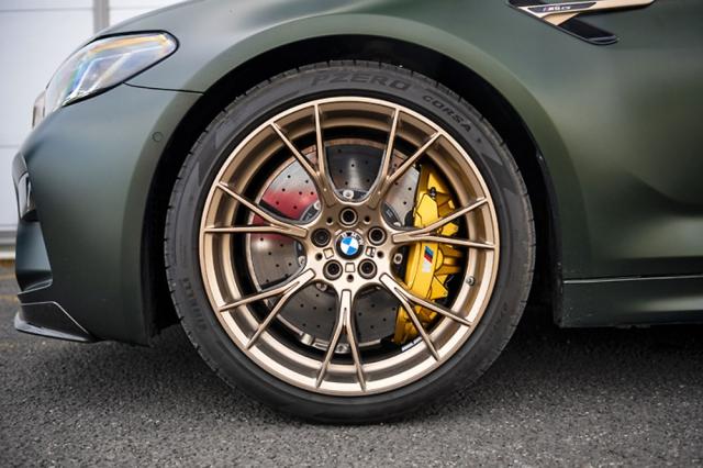 Lehká kovaná kola mají ve verzi CS zlatou barvu, která zajímavě ladí se žlutými brzdovými třmeny svírajícími standardně dodávané karbon-keramické brzdové kotouče