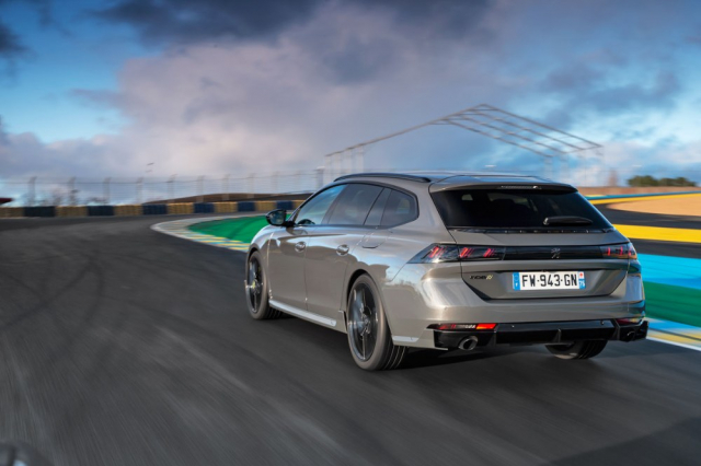 """Peugeot 508 PSE se dodává také s karoserií kombi (SW). Od """"obyčejných"""" vozů 508 se verze PSE zvenčí liší také rozšířenými prahy zakončenými svislými aerodynamickými křidélky, přecházejícími do obdobně řešených nástavců v obou náraznících"""