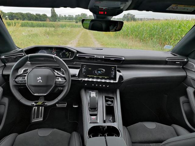Pracoviště řidiče zůstává v modelu 508 PSE věrné druhé generaci řešení Peugeot i-Cockpit, v němž řidič sleduje přístrojový štít až nad věncem volantu
