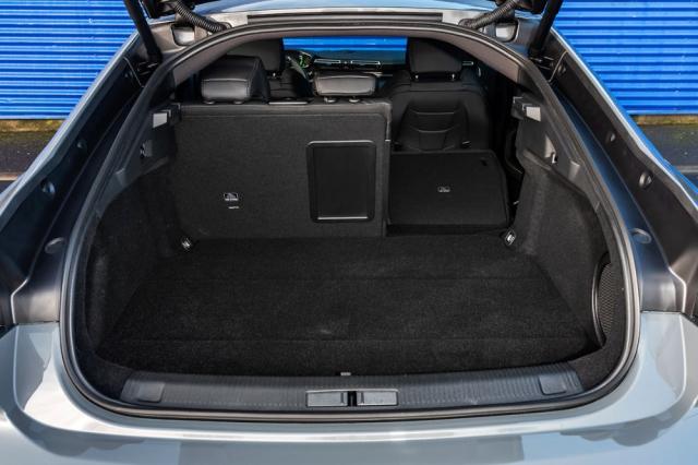Akumulátor je uložen těsně před zadní nápravou. Zavazadlový prostor Peugeotu 508 PSA díky tomu neztratil nic ze svého objemu ani variability