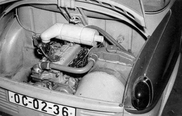 Vodou chlazený čtyřválec 987 cm3 měl chladič s ventilátorem umístěný vpravo