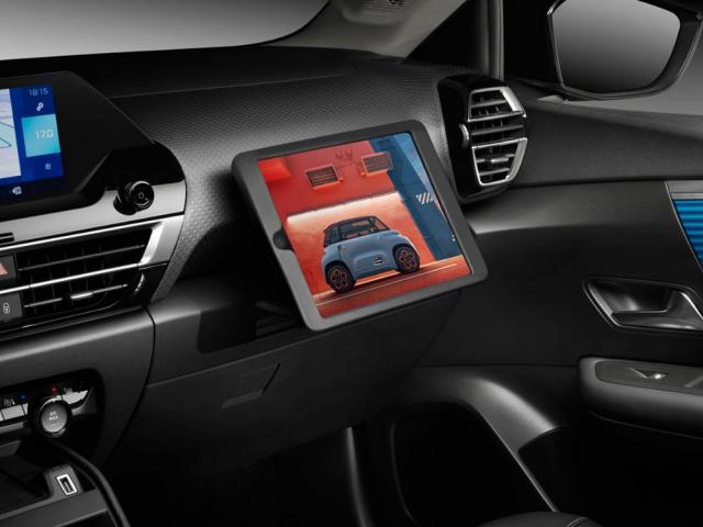 Praktickým detailem může být držák na tablet, který lze umístit dozásuvky před místem spolujezdce