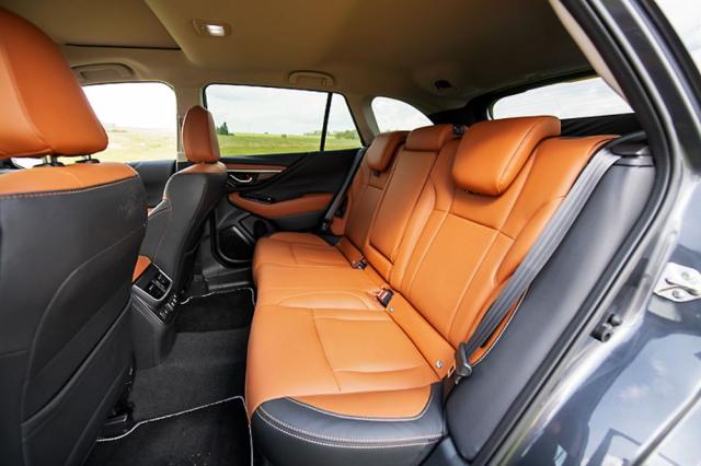 Zadní sedadla s nastavitelným sklonem opěradel poskytují nadstandardní komfort cestování