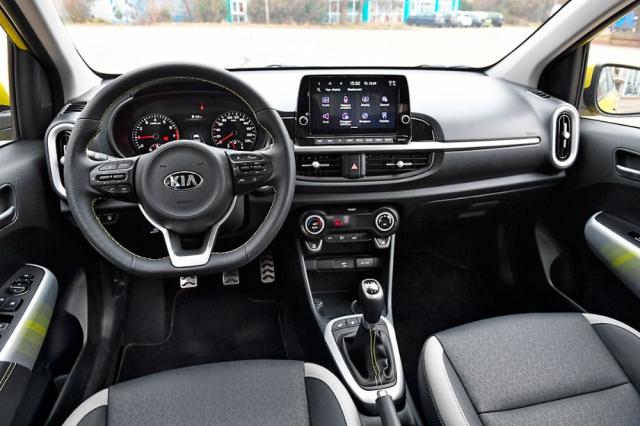 Pracoviště řidiče těží z osvědčené koncepce Kia, kombinující dotykový monitor s řadou velkých a logicky rozmístěných fyzických přepínačů